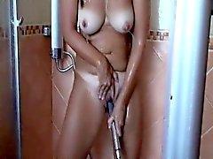 Gebräunte Frau mit großen Titten gefällt ihr weh Reissen in th