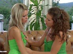 Liebesakt die lesbische mit Brandy und Dominika auf Sapphic Erotica