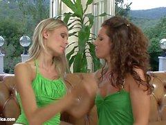 Amando a maneira lésbica com Brandy e Dominika na Erotica Sapphic