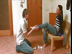 Giovane pulcini russa lancia le gambe in per la sua FB nella cucina