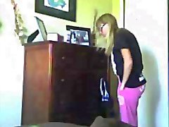 Смазливая блондинка с отличный попка одевается
