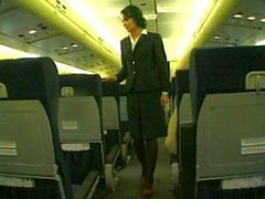 Bellezza morenaza lleva uniforme de la azafata follada a un avión
