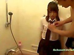 Üniformalı SchoolgirlBathtube olarak onu meme ve Kıllı Pussy Uyanlı ile Vibratör Başlarken