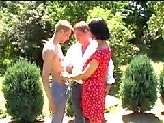 Mann und Frau nicht ihren Sohn in den Garten