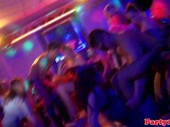 Party amateur cocksucks bbc auf dem dancefloor