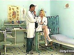 bionda infermiera sexy di si siede sul cazzo
