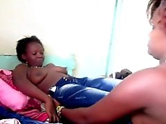 Curvy African bitches toying pussies dans l'action lesbienne