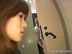 Adolescente asiatico fà il cunt peloso gioca con pubblicamente