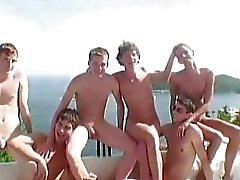 Six Hot Twinks имеющих геев гребаный вечеринку в тонкой виллой