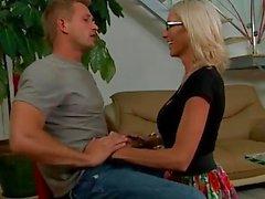 Blonde Babe in Gläser Emma Starr gibt titjob