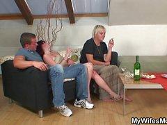 Alte blonde Schwiegermutter für Doggy-Sex betteln