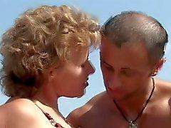Зрелые при маленькая грудь большие сосков приобретает ебут на пляже