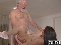 Tonåring avbryter morfar från yoga och suger hans kuk blöt och hårt