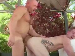 Boy und Mann im Bad