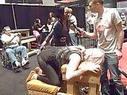 PornhubTV Stage d'Amber obtient fouetté en EXXXOTICA 2.013