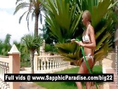 Trigueno adorable y de Lésbos Blonde besarse y se desnudan y mantiene relaciones sexuales lesbiana