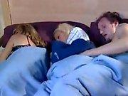 La mamá duerme y jugada novio de pizca de a su hija
