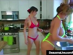 Texas Cougar Deauxma äter Angie Noir's Pussy In The Kitchen!