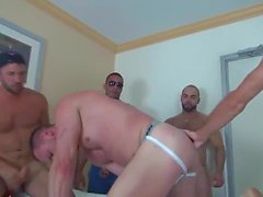 Muscle Bottom Gets Gangbanged i hotellrummet