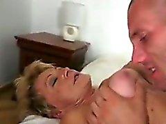 Cornée Mamie Dans Un Hairy Pussy