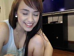 Impressionante menina com um sorriso bonito usa seus dedos para súplicas