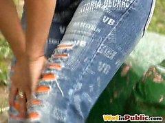 Redhaired verpassen wütend ihrer Mode den Jeans