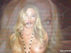 Sexy Samantha neckt die Kamera mit ihren perfekten Körper