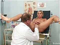 Foxy blond flicka Leona slidan gyno checkup