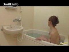 Japanse MILF scheert haar kutje