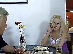 Ее BF пьяный и она трахается его родителям