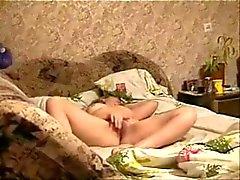 Mijn moeder masturberen op bed gevangen door verborgen cam