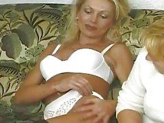 Donne torride handfisting fighe sul divano