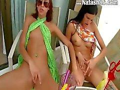 Två flickor strippning rycker tillsammans