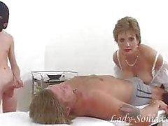 Wunderschöne Lady Sonia in Pelzhandschuhe abspritzt Schwanz Sklave.