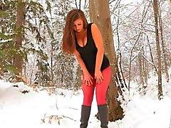 Red nylon strumpbyxor på vintern skog