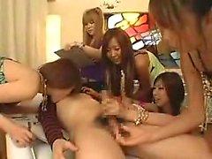 Hänför japanska tjejer arbetar deras skickligaste hand på en