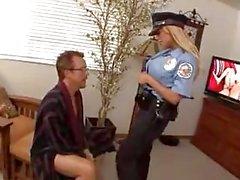 Polizeifrau fickt mit einem Fremden und ohne Kondom