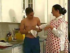Hairy cazzo maturo umido con la ragazzo giocattolo nella cucina