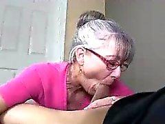 Мамы Litterally выделяет слюну к молодой твердого петуха