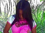 Digitado chica asiático en un bosque