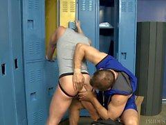 Treinador Max Sargent Ajuda Jovem Atleta com Jock Strap