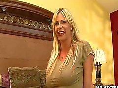 Rijpe blonde milf krijgt harde anaal neuken