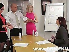 Офиса парнем лишил CFNM британскими женщинам