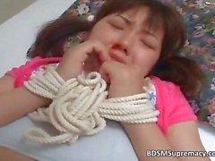 Jonge Aziatische schoffel heeft haar handen gebonden part6