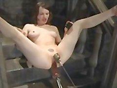 Pinup flicka uppvaktas av robotar