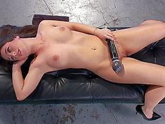 El precioso hotty de la máquina del sexo anal amenazante-amenazante HD Porn