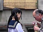 Cute Japanese schoolgirl gibt Blowjob zu einem glücklichen alten Mann