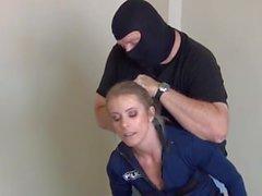Mujer policía amordazada