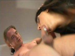 Brunette irrésistible dans les filets de poisson donne le sexe anal essayer sur le canapé