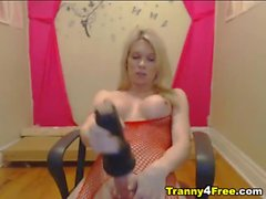 Geiler heißes blondes Transvestit spielen mit ihrem Spielzeug